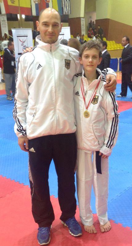 Internationales Kinderturnier Konya 2013 - Yannik Grebe mit Medaille und Coach Marco Scheiterbauer