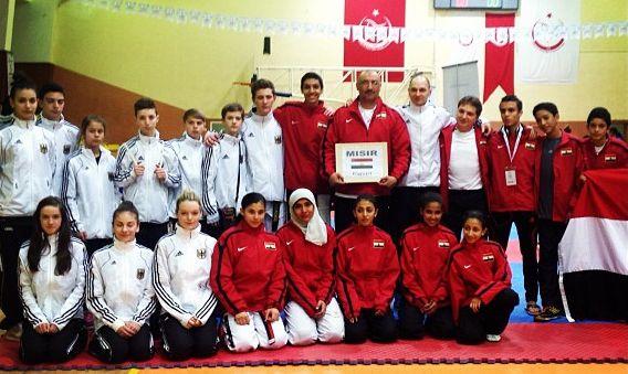 Internationales Kinderturnier Konya 2013 - DTU-Team mit der ägyptischen Mannschaft