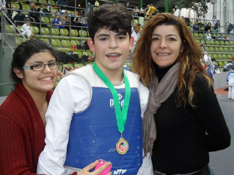Internationales Kinderturnier Sindelfingen 2013 - Batuhan Cosar mit seiner Medaille, seiner Schwester und seiner Mutter