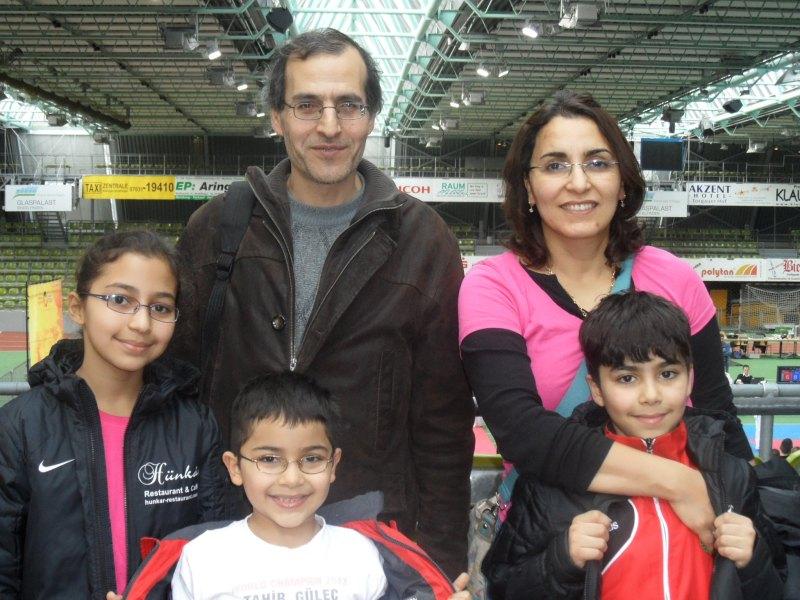 Internationales Kinderturnier Sindelfingen 2014 - Sarah Piri, Sami Piri und Adam Piri mit ihren Eltern