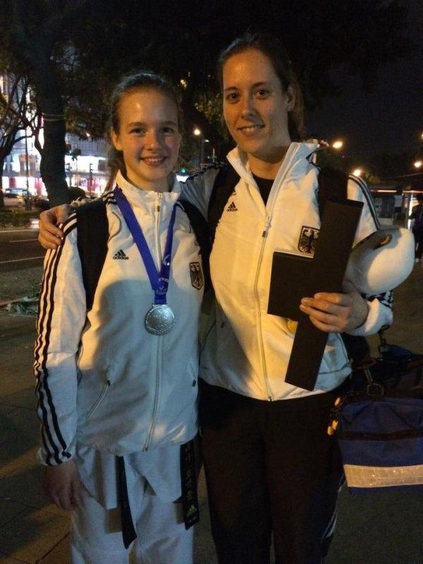Jugend-(U18)-Weltmeisterschaft 2014 in Taipeh - Vanessa Körndl mit ihrer Silbermedaille und Physiotherapeutin Julia Rocholl