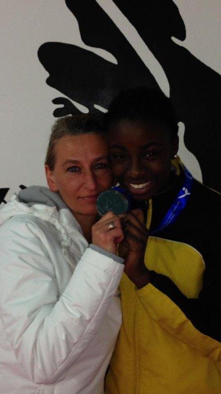 Jugend-(U18)-Weltmeisterschaft 2014 in Taipeh - Rhonda Nat mit ihrer Silbermedaille und Agnes Guerra