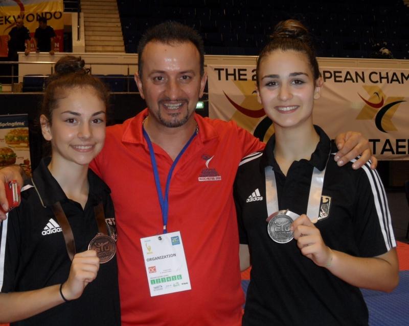 Kadetten-(U15)-Europameisterschaft 2013 in Bukarest - Ela Aydin und Sophia Karamangiolis mit ihren Medaillen und Vereinstrainer Demirhan Aydin