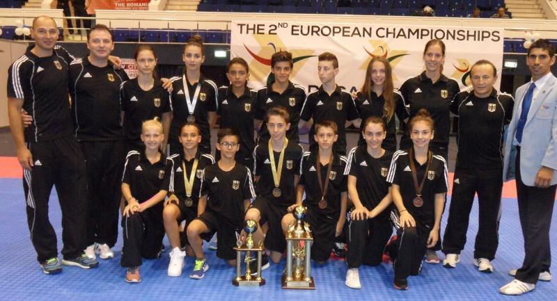 Kadetten-(U15)-Europameisterschaft 2013 in Bukarest - Die Sportler des DTU-Teams mit ihren Medaillen und den Mannschafts-Pokalen