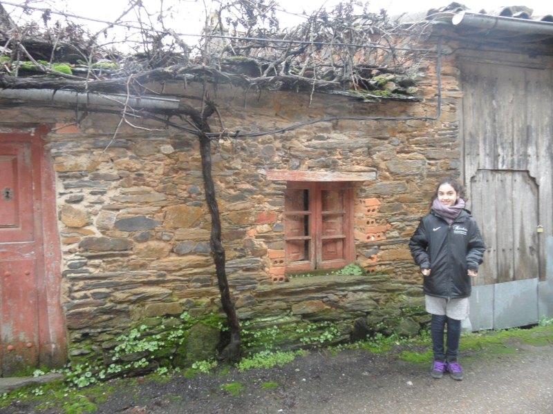 Chamutal Castaño vor dem Haus ihrer Urgroßeltern