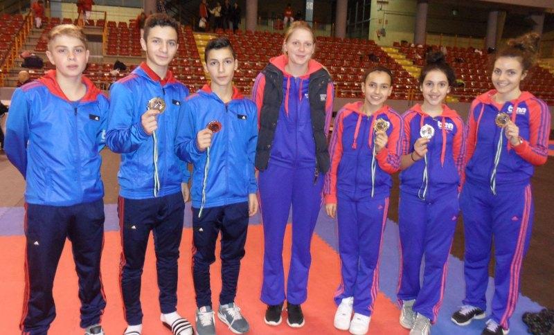 Team von Taekwondo Özer für die Open de Andalucía 2013 mit den Medaillen