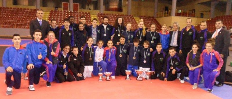 Das Team von Taekwondo Özer mit dem Team des Andalusischen Verbandes bei den Open de Andalucía 2013 in Córdoba