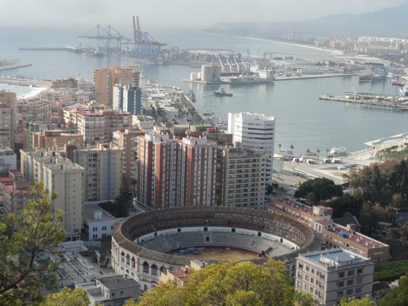 Málaga, Blick auf Stierkampfarena und Hafen