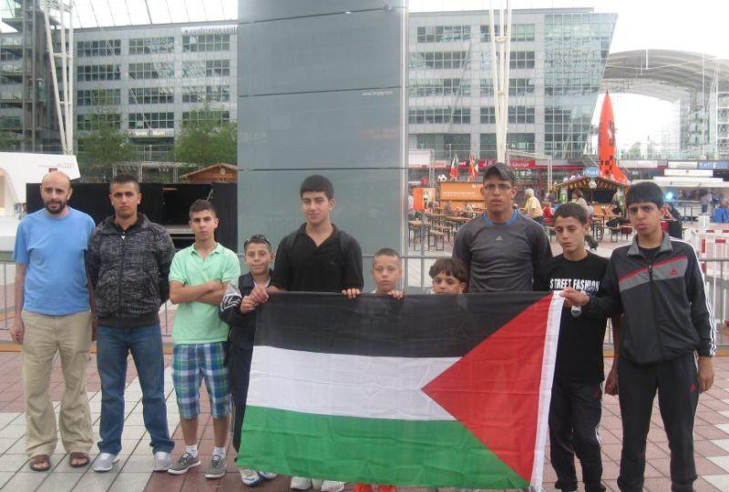 Team des Arab Sport Center aus Ostjerusalem am Flughafen München