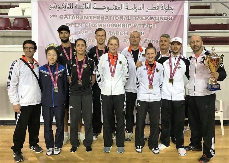 Qatar Open 2016 in Doha - Die Medaillengewinner des DTU-Teams mit ihren Medaillen und den Trainern