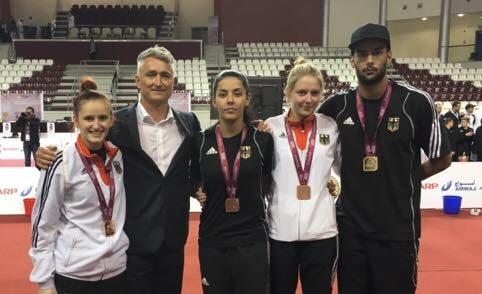 Qatar Open 2016 in Doha - Roxana Nothaft, Rabia Gülec, Anna-Lena Frömming und Tahir Gülec mit ihren Medaillen und Trainer Georg Streif