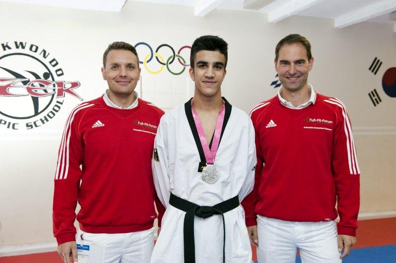Qualifikationsturnier für die Olympischen Jugend-Spiele 2014 in Taipeh - Silber-Medaillengewinner Hamza Adnan Karim mit Dr. Markus Geßlein