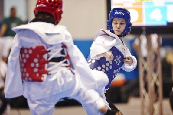 TKD Özer erfüllt ukrainischer Sportlerin den Traum von der Teilnahme an der Behinderten-WM - Viktoriia Marchuk auf der Wettkampffläche bei der Behinderten-WM in Aruba - Bild 02