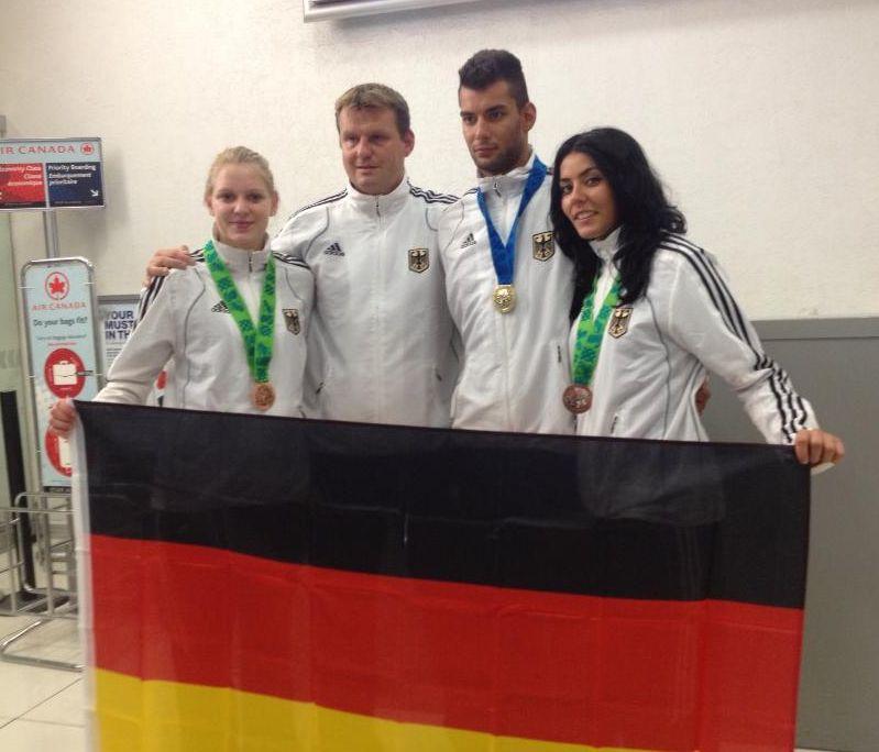 Tahir und Rabia Gülec sowie Anna-Lena Frömming mit ihren WM-Medaillen mit Holger Wunderlich