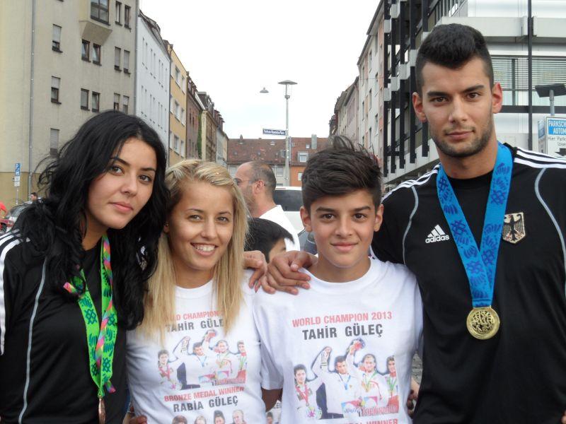 Tahir und Rabia Gülec mit ihren WM-Medaillen mit Sümeyye und Malik Gülec
