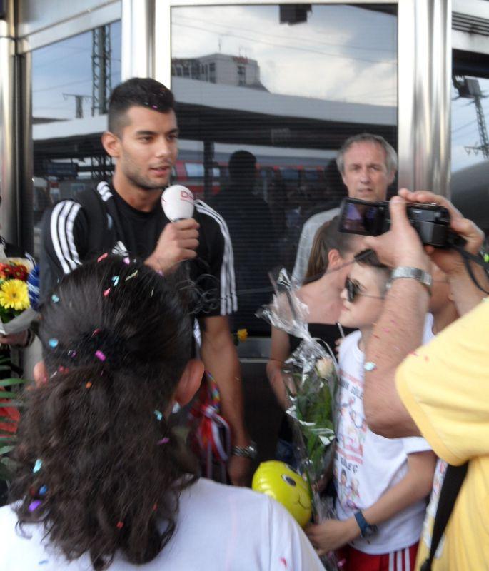 Tahir Gülec im Gespräch mit der Presse bei seiner Ankunft in Nürnberg nach seinem WM-Titel