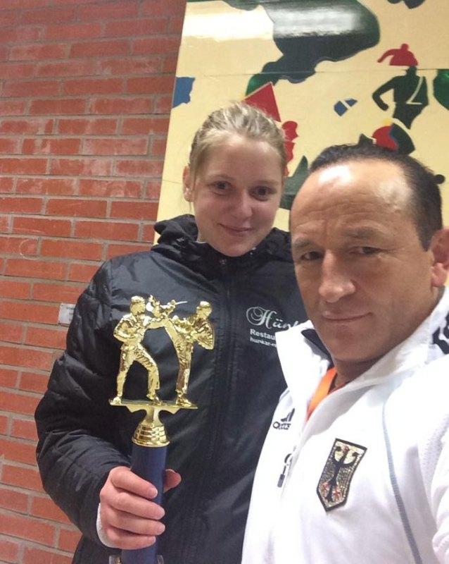 Trelleborg Open 2014 in Trelleborg - Goldmedaillengewinnerin Anna-Lena Frömming mit Disziplin-Bundestrainer Özer Gülec und dem Mannschaftspokal