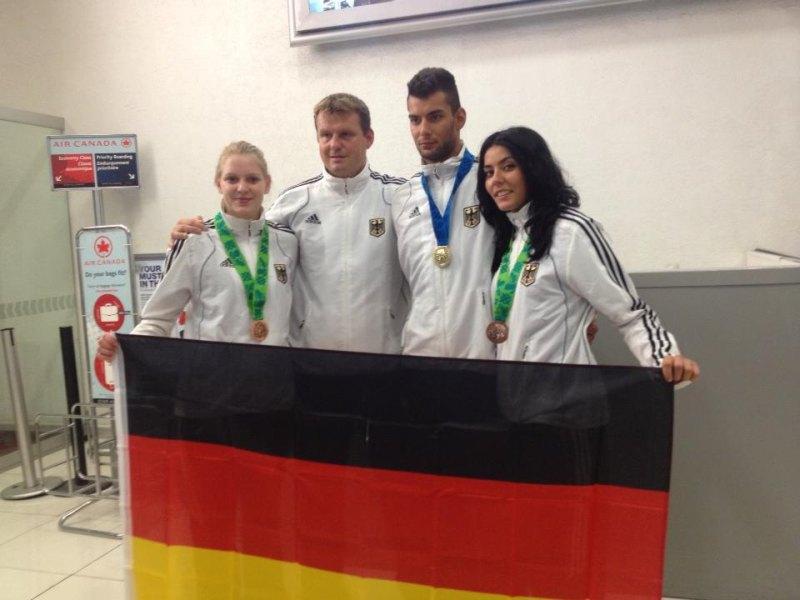 Vereinswechsel - Willkommen bei TKD Özer, Anna-Lena Frömming! - Anna-Lena Frömming mit Tahir und Rabia Gülec mit ihren WM-Medaillen und Holger Wunderlich