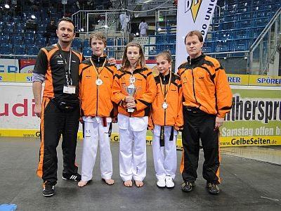 Vereinswechsel - Wir begrüßen Andreas Tausch als neues Vereinsmitglied von Taekwondo Özer - Andreas Tausch mit Nicole Ohlmann, Ela Aydin, Demirhan Aydin und Reinhard Langer