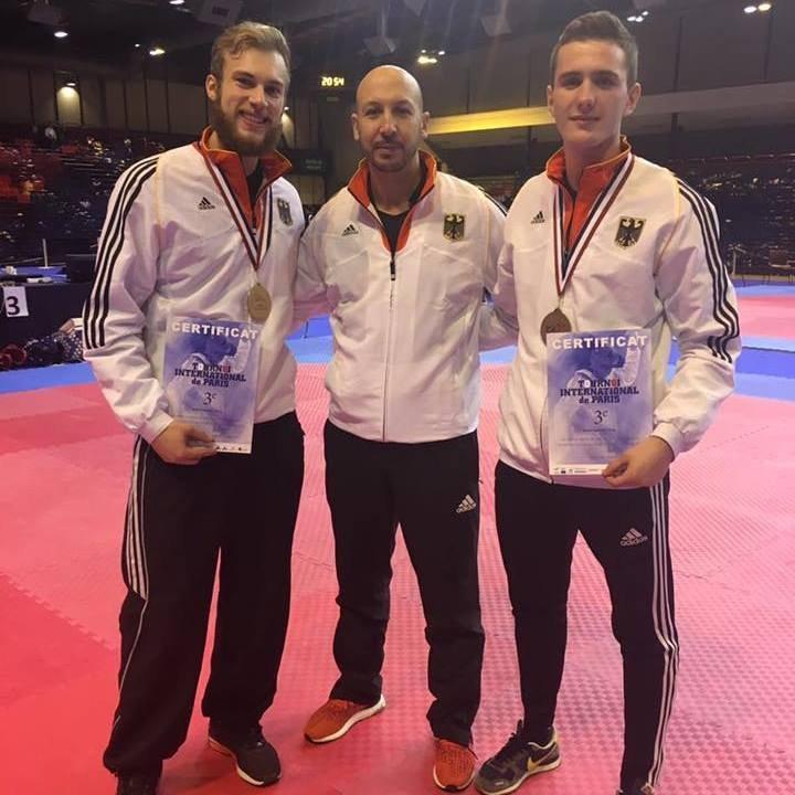 Vereinswechsel - Wir begrüßen Andreas Tausch als neues Vereinsmitglied von Taekwondo Özer - Andreas Tausch mit Cem Ünlüsoy und Aziz Acharki
