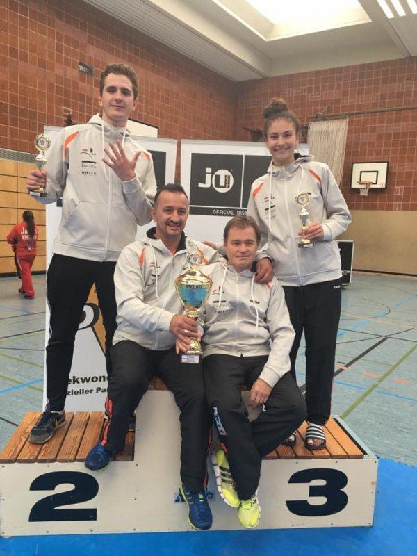 Vereinswechsel - Wir begrüßen Andreas Tausch als neues Vereinsmitglied von Taekwondo Özer - Andreas Tausch und Ela Aydin mit ihren DM-Pokalen sowie ihren Trainern Demirhan Aydin und Reinhard Langer