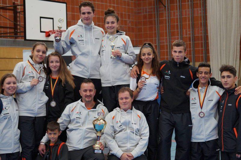 Vereinswechsel - Wir begrüßen Andreas Tausch als neues Vereinsmitglied von Taekwondo Özer - Andreas Tausch und das Team des TSV 1865 Dachau mit DM-Pokalen und DM-Medaillen