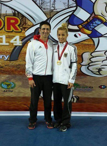 Sümeyye Manz mit ihrer Medaille bei den Luxor Open zusammen mit Bundestrainer Carlos Esteves