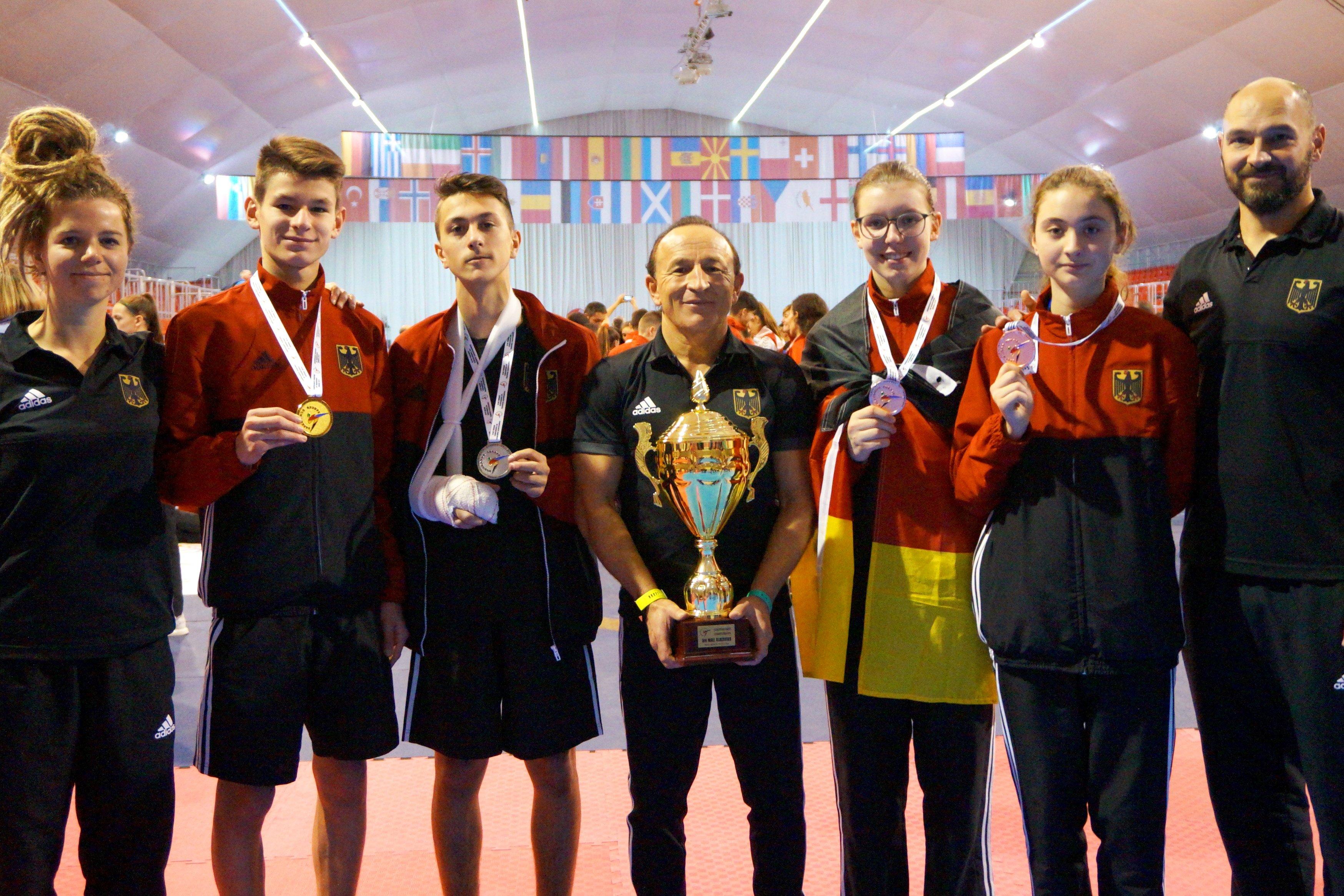 Phillip Davids, Emre Tepe, Esmeralda Husovic und Beyza Can mit ihren Medaillen bei der Kadetten-EM 2018