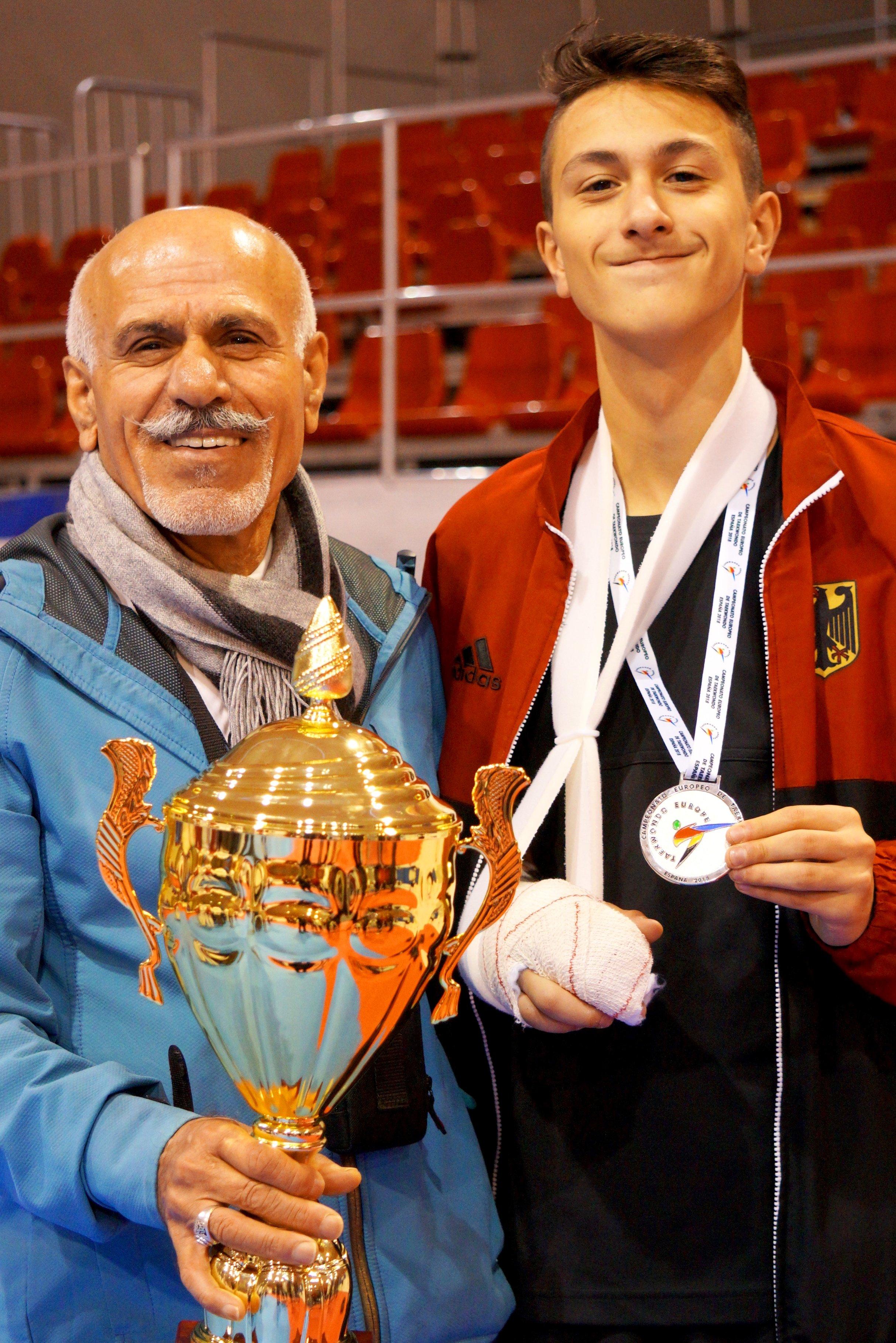 Emre Tepe und sein Großvater Sevket Tepe mit Emres Silber-Medaille bei der U15-EM 2018